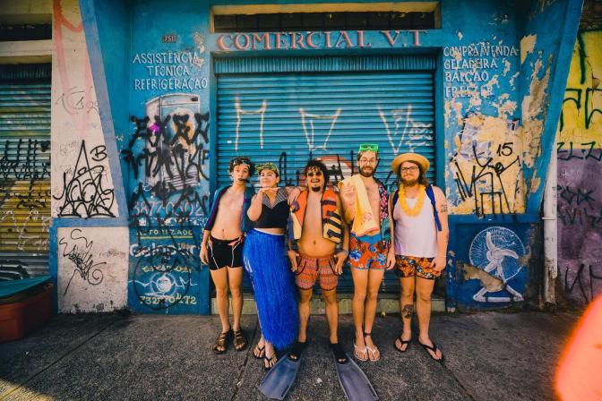 """francisco, el hombre toca com o bloco """"calor da rua"""" e recebe convidados no Circo Voador"""